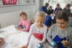 Uczniowie klas II a i II b odwiedzili największą w Polsce fabrykę ozdób choinkowych w Złotoryi.